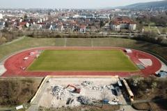Neubau des Sanitär Schulungs Gastro und Tribünengebäudes mit Dach im Stadion im Baggerloch