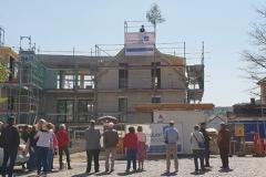 Richtfest am Engel der den neuen Dorfplatz abrundet und den Blick auf die Kirche frei hält