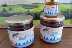 Mit 5 Bienenstöcken produziert die Stadt eigenen Honig als Geschenkartikel und trägt zur Bienenerhaltung bei